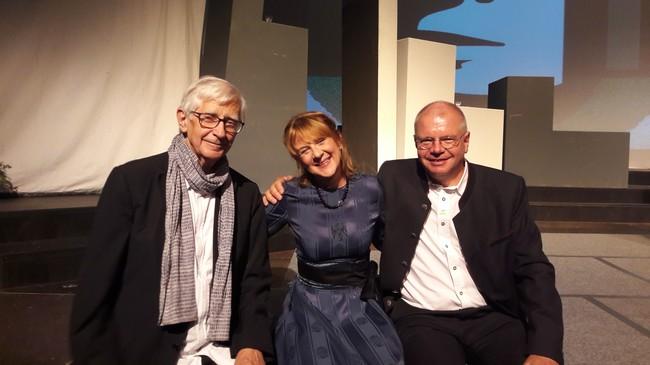 Rechts: Dr. Ernst Fleischhacker (Initiator) Mitte: Martina Keiler (Autorin) Links: Univ.-Prof. Dr. Josef Zelger (GABEK-Projekt)